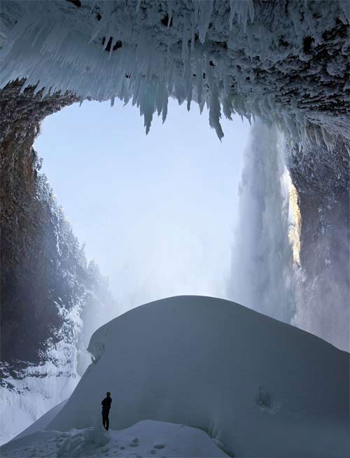 攀冰高手在零下35度奋战8小时,征服140米冰瀑布