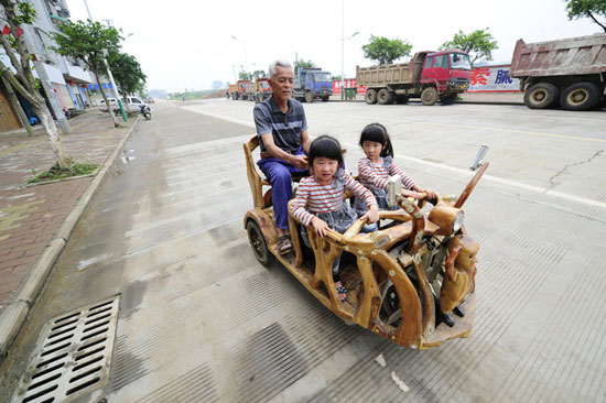 满满的爱意 广西老人为双胞胎孙女亲手打造三轮车