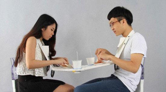 台湾大学生设计挂脖餐桌 鼓励亲近用餐