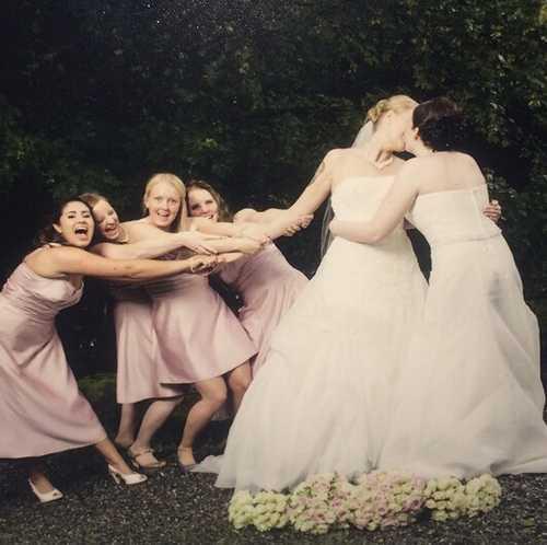 婚礼上的有趣事,两个新娘的深情和热吻