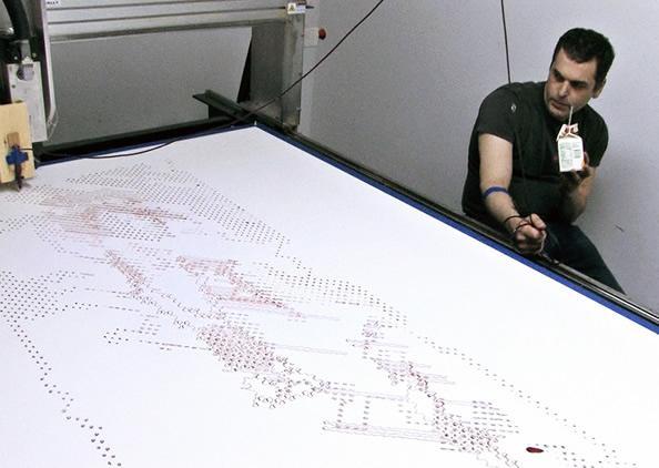 艺术家让智能机器人用血液来绘自裸画像