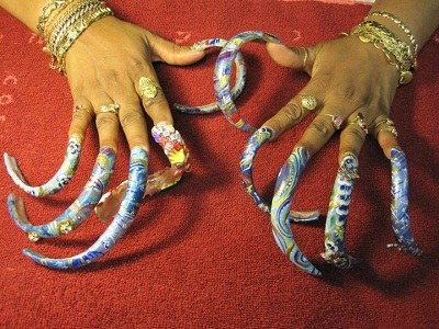 女子留35厘米长指甲 着迷美甲