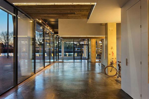 荷兰一公司不让员工加班 办公桌下班后就升空