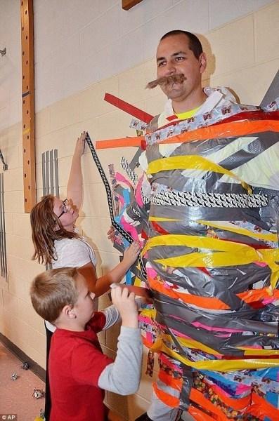 美校长履行承诺 让学生把自己粘墙上