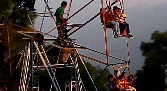 印度游乐园现人力摩天轮 工人用手脚驱动设备