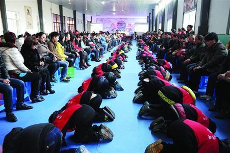 上海一学校办孝敬节800学生一齐跪拜父母  专家批不提倡