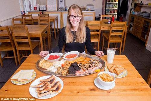英国一咖啡厅推出巨型营养早餐  顾客挑战