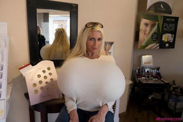 全球最大胸:德国艳星隆胸后达到32Z号超级巨胸引关注