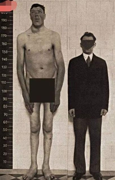 """全世界最奇葩的男子 几十年来经历了""""侏儒""""和""""巨人""""的身高差距"""