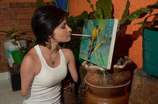 女孩天生残疾 却成为成功的艺术家和演说家