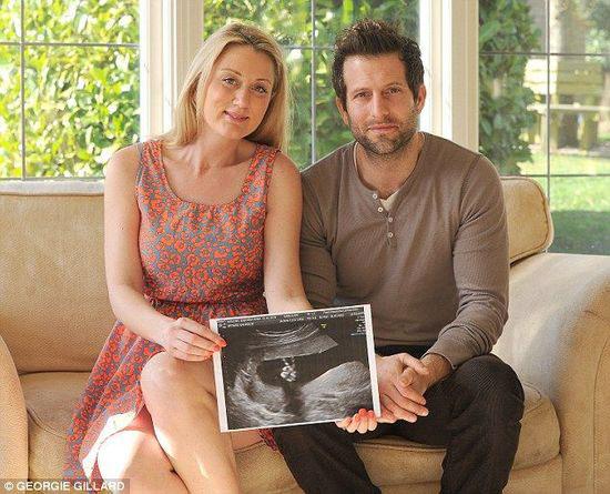 """英国一胎儿在超声波图像中用小手比出""""剪刀手"""""""