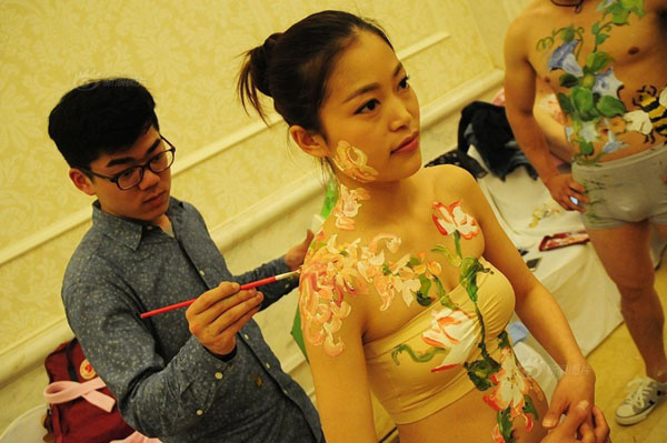 """创意婚礼!杭州10对情侣举行""""裸婚""""典礼"""