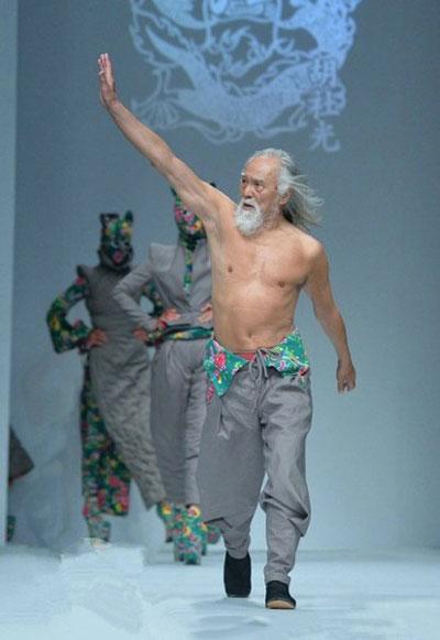 简直不敢相信,这位半裸走秀的王德顺大爷竟然79岁了!