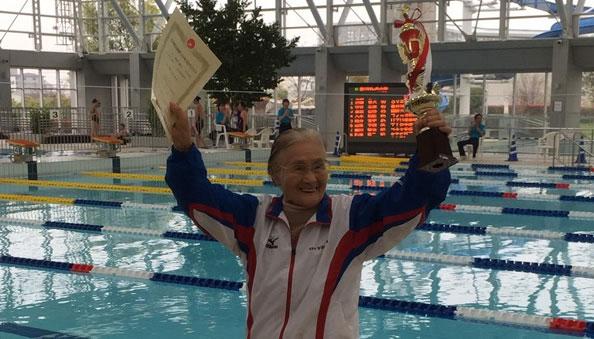 日本101岁老奶奶参加1500米自由泳 打破吉尼斯世界纪录