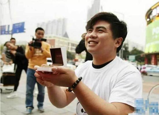 吃货的求婚:男子怕漂亮女友被抢 将她从100斤养到180斤