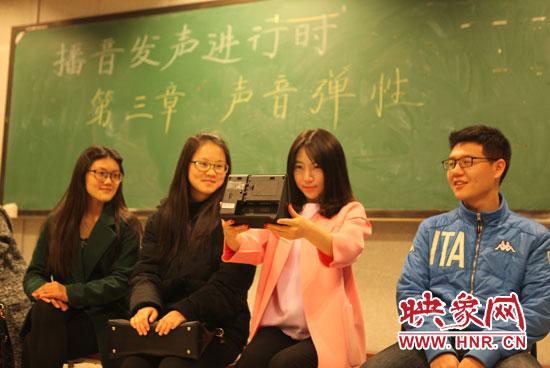 大学生刷脸上课 史上最牛的防逃课装置