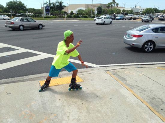 美国54岁男子脚踩轮滑表演舞蹈 给市民带来欢笑