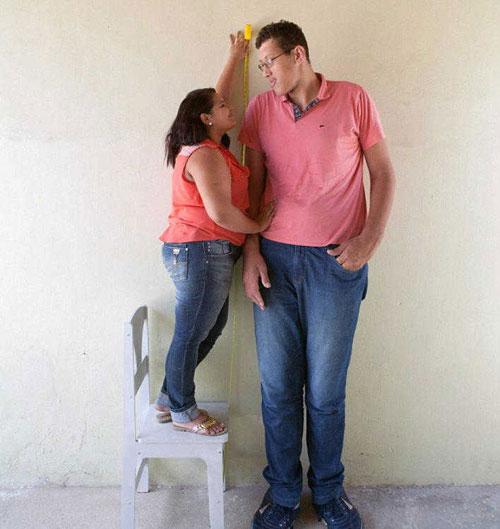 巴西巨人身高2.3米娶1.5米娇妻 曾隐居14年(图)