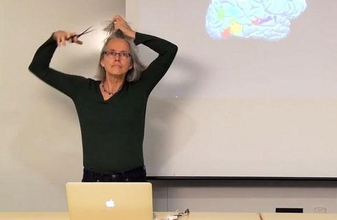 最拼女老师:为生动形象讲述大脑构造 当场剪发剃光头