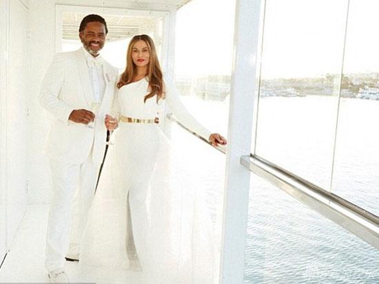 61岁妈妈再婚 女儿们穿白裙为母亲当伴娘