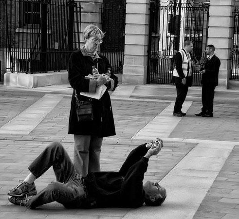 为了拍摄出色照片,摄影师们也是奋不顾身
