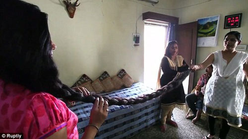 印度女子头发长2.1米 希望将来能获得吉尼斯世界纪录