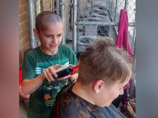 9岁男童光头遭取笑 为了让男童重建自信女老师也剃光头