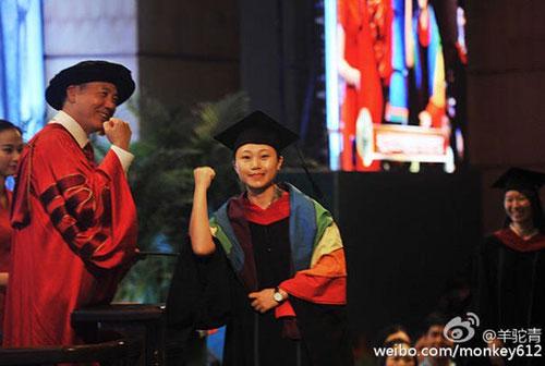 中山大学女生毕业礼上宣布出柜 获校长拥抱和同学鼓励