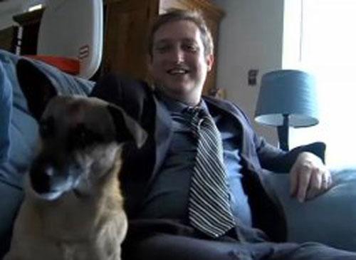 """美国一男子在""""脸谱""""网上称欲与狗狗结婚 最终遭老板解雇"""