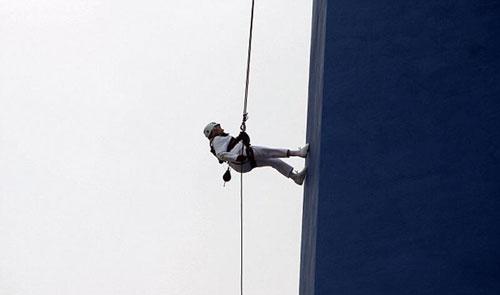 世界上年龄最大的挑战者 英101岁老太从171米高塔顺绳垂降