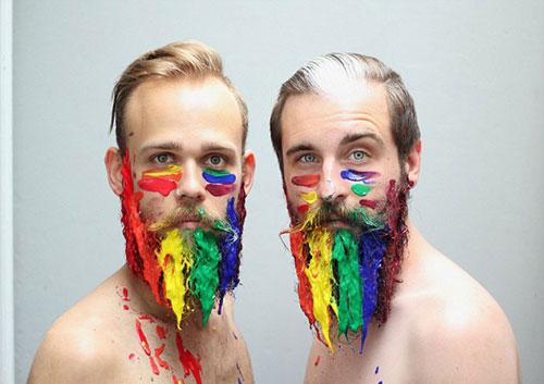 美国同性恋好友创意装饰胡须走红网络