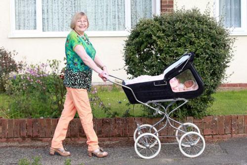 英国妇女为养22个芭比娃娃 耗花45000英镑