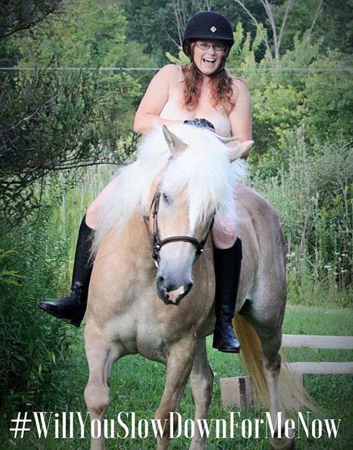 英国网上掀起晒裸体骑马照活动 呼吁司机保护动物减速慢行