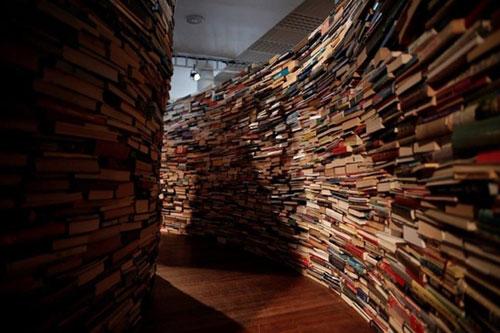 学霸休闲好去处:25万本书搭成的迷宫
