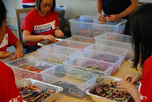 美国一老爸收集被废弃的蜡笔 重新回收利用捐赠给生病的孩子