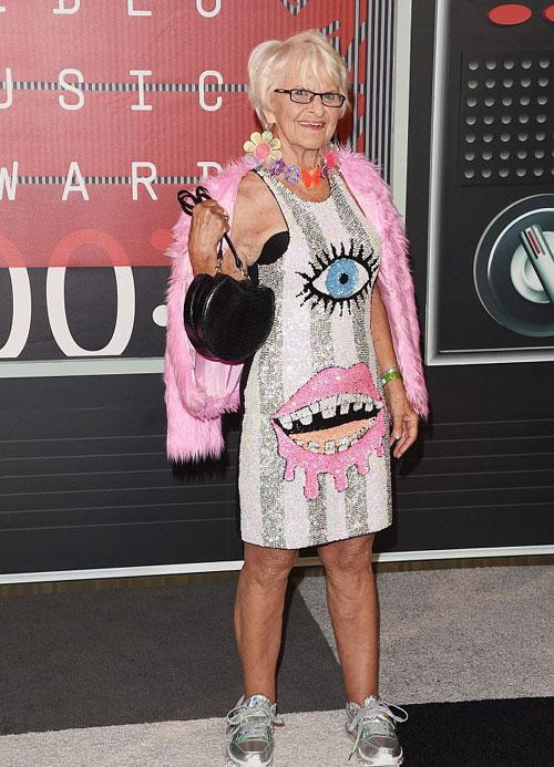 美国87岁高领奶奶穿衣前卫走红网络 众明星热捧