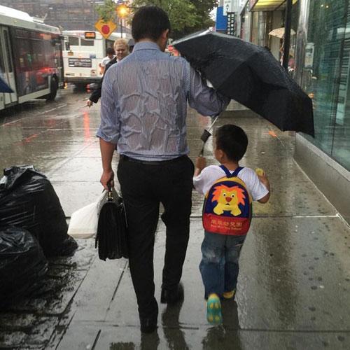 父爱如山!一张父亲为儿子撑伞的照片,震撼全球百万网友