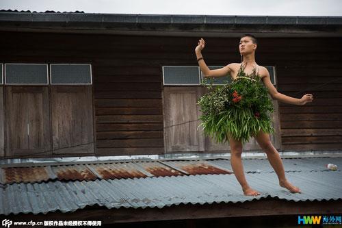 泰国时尚少年魔性自创时装照走红网络
