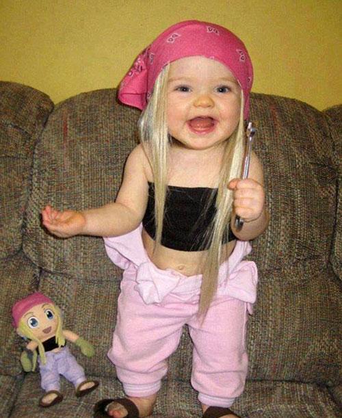 """""""双胞胎娃娃""""搞笑合影:萌宝和玩具娃娃真假难辨"""