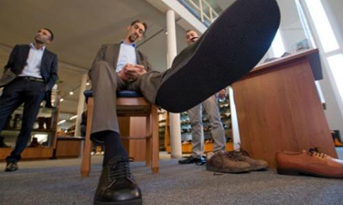 私人订制:德国鞋匠为全球最高的人做特大号鞋