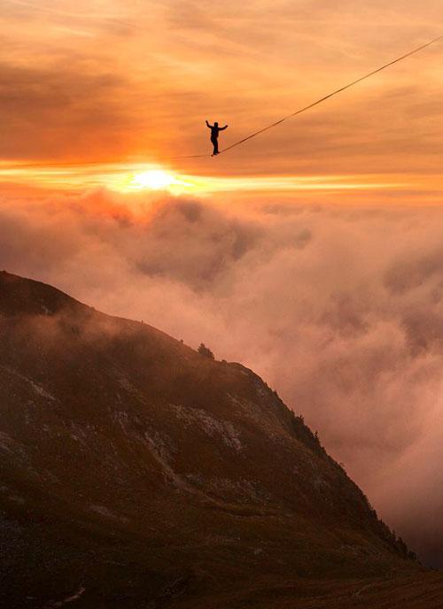 高手在瑞士挑战477米高空走钢丝 走完2000米破纪录