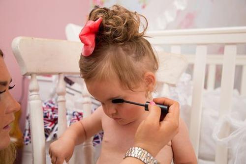单亲妈妈花20万打扮两岁女儿 参加选美比赛