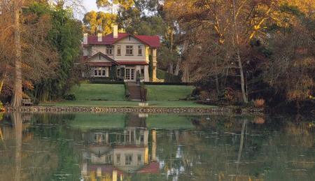 来场浪漫的旅行!看看世界上最美的7个湖边小屋