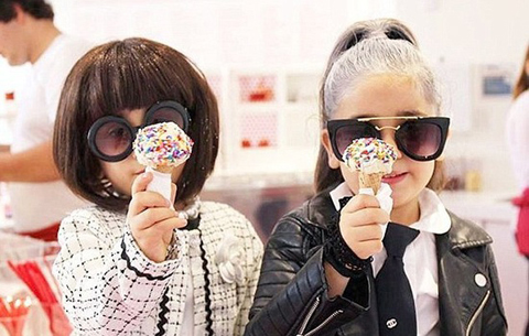 """美4岁双胞胎两姐妹时尚装扮成网络新宠 被称为""""皇家双胞胎"""""""