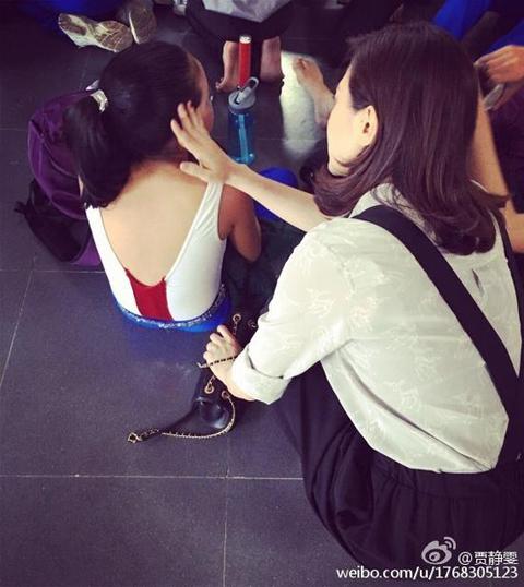 贾静雯与梧桐妹玩亲亲 陪练跳舞场面温馨