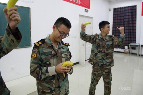 成都高校将性教育列为必修 并进行给香蕉戴安全套的比赛