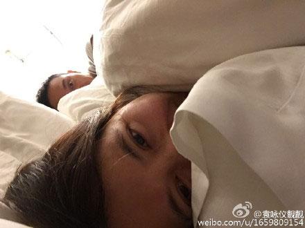 """明星夫妻自拍:王珂刘涛晒""""床照"""" 邓超孙俪举花篮瞪眼睛"""