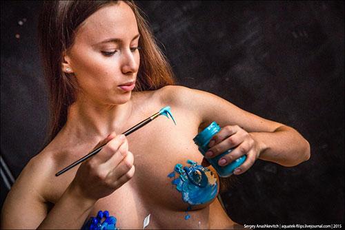 艺术的多元化:她用自己乳房作画