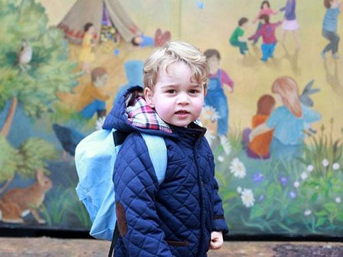 英国乔治王子第一天上幼儿园 威廉王子和凯特王妃发照片纪念