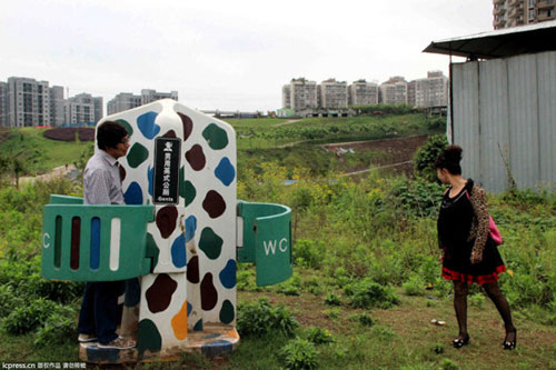 重庆现男性专用露天简约公厕 只遮重要部位